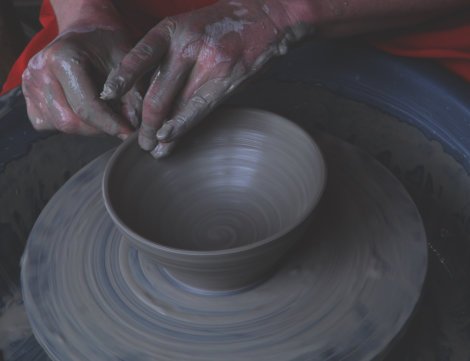 A bowl in progress (buff stoneware, ungrogged)